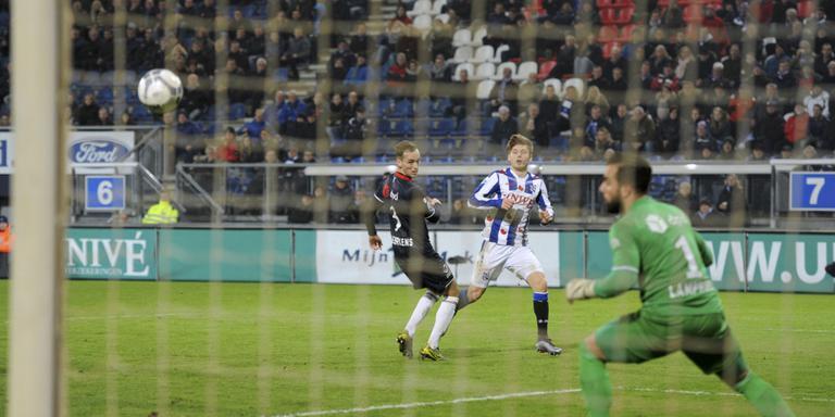 Arber Zeneli schiet de gelijkmaker binnen voor Heerenveen. Doelman Kostas Lamprou is kansloos. FPH/EDWIN BLAAUWBROEK