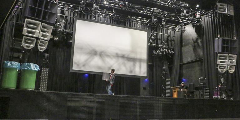Leerlingen van de afdeling podium- en evenemententechniek slepen op het hoofdpodium van Neushoorn met monitoren. FOTO LC/ARODI BUITENWERF.