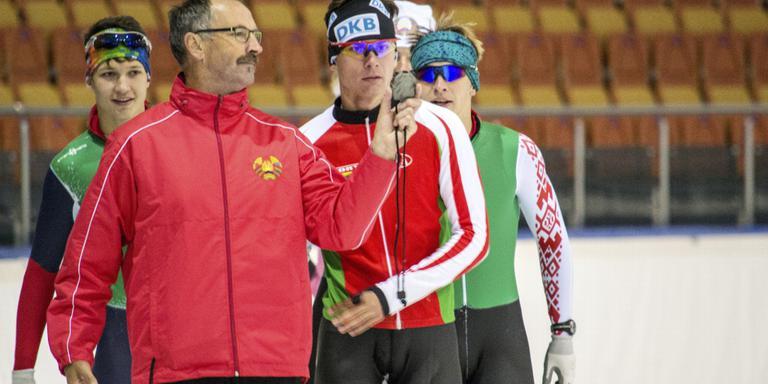 Siep Hoekstra toont zijn Wit-Russische pupillen de trainingsresultaten.
