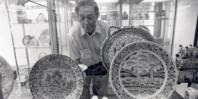 Minze van den Akker in zijn aardewerkmuseum in 1992, dat hij toen net in zijn woning aan de Zoutsloot in Harlingen had ingericht. FOTO LC