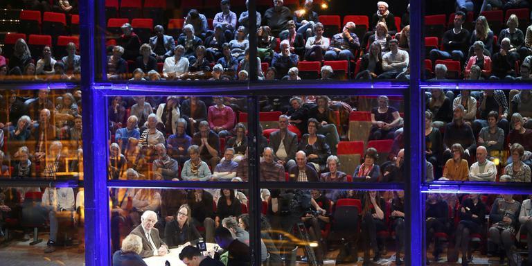 De publieksacademie van GGZ Friesland en de LC was maandagavond voor het eerst in De Harmonie. FOTO NIELS WESTRA