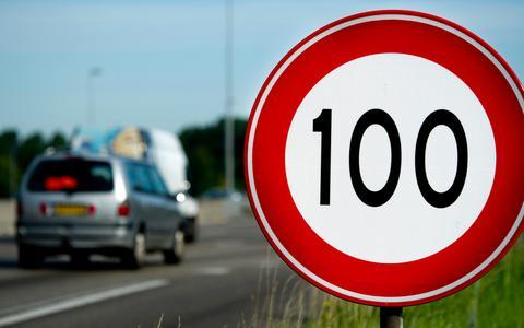 Op sommige wegen geldt 100 al eerder als maximumsnelheid, politie beboet meteen