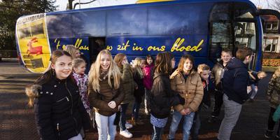 De kinderen van CBS Merlettes mochten met de spelersbus van SC Cambuur naar Buitenpost. FOTO MARCEL VAN KAMMEN