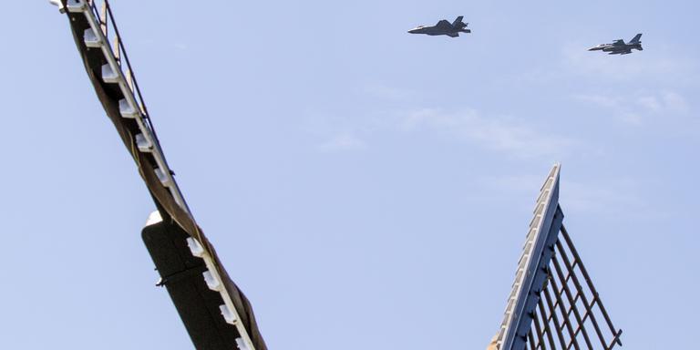 De F-35, gevangen tussen de wieken van een Hollandse molen. FOTO HUISMAN MEDIA