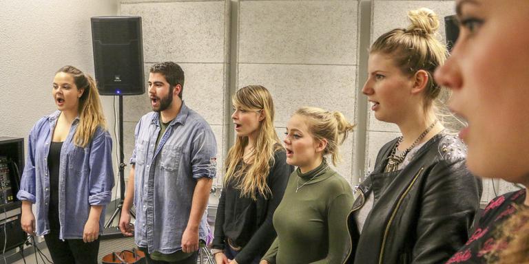 Muziekstudenten Monique Bruins, Mark Nijboer, Lelie de Bledourt, Bente van Houten, Berit Arzoni en Eline Waerts maken de stembanden los. FOTO LC/ARODI BUITENWERF.