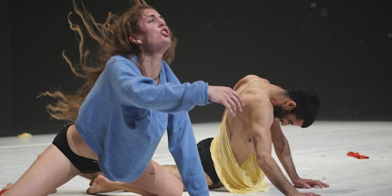 Scène uit The Free Builders van Ido Batash, vanavond te zien op dansfestival Moving Futures in Drachten. FOTO GADI DAGON