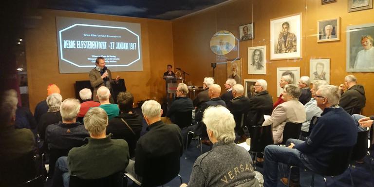 Syds Wiersma van het Fries Film Archief spreekt de aanwezigen toe. FOTO LC