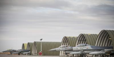 Sinds de herfst van 2014 bombarderen F-16's van de vliegbases Leeuwarden en Volkel terreurbeweging IS in Irak. Vanaf een basis in Jordanië. De missie duurt tot eind september. Twee militairen van de Leeuwarder basis, die net zijn begonnen in de woestijn, vertellen over hun werk. FOTO DEFENSIE