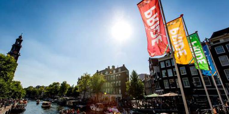 Regenboogkleuren geven route Canal Parade aan