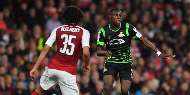 Rodney Kongolo (rechts) namens Doncaster Rovers in duel met Mohamed Elneny van Arsenal tijdens een wedstrijd in de League Cup.