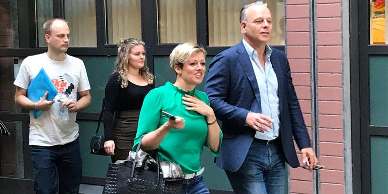 Jenny Douwes verlaat met journalist Wierd Duk de rechtbank. FOTO LC