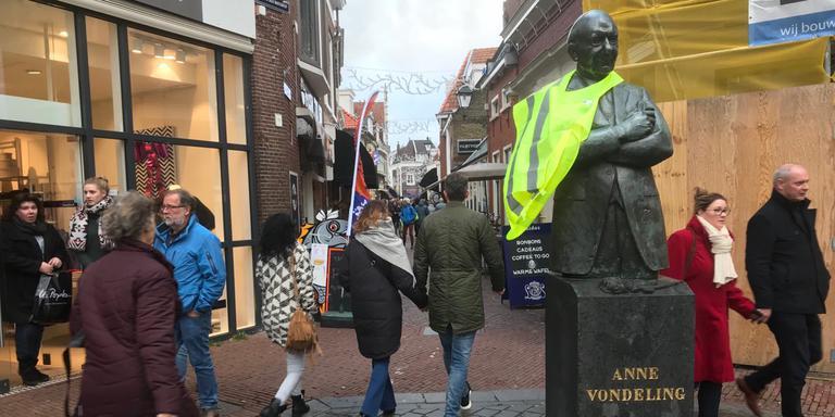 Ook het beeld van PvdA-politicus Anne Vondeling (1916-1979) in Leeuwarden kreeg zaterdag van demonstranten een geel hesje omgehangen. FOTO LC