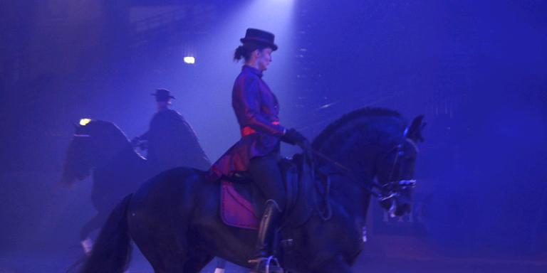 Esther Liano en Jean van Deventer (achter) tijdens de repetities van hun Zorro-act. FOTO NIELS WESTRA