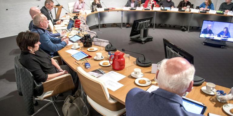 De lege stoel van het geroyeerde raadslid Dieko van der Harst (Opsterland Belang). Links de OB-fractie. FOTO JILMER POSTMA