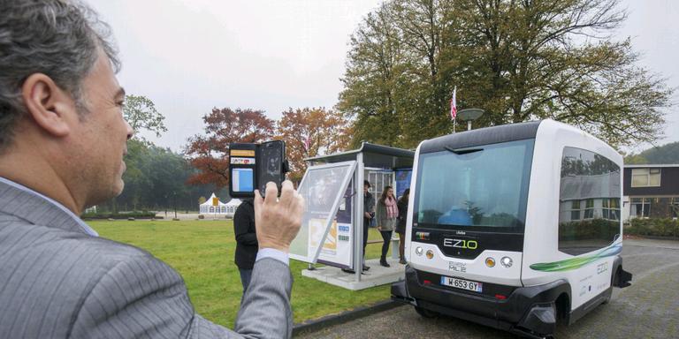 Oktober 2015: Sietse Derks maakt een foto van een zelfrijdende shuttle in Appelscha. De wethouder vertrekt per 1 maart. FOTO RENS HOOYENGA