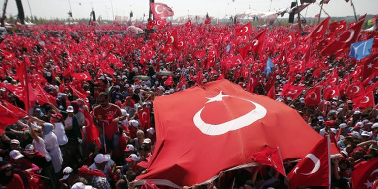 Honderdduizenden Turken straat op tegen coup