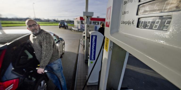 Reinder Boskma tankt diesel bij Halma in Ferwert voor 0,989 euro per liter. FOTO HOGE NOORDEN/JACOB VAN ESSEN.