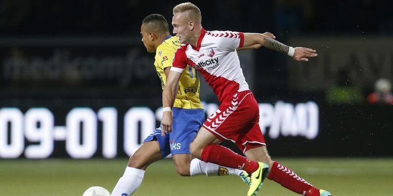 Mark Diemers tijdens Cambuur-FC Utrecht duellerend met Lucas Bijker. FOTO ARCHIEF