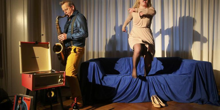 Repetitie van de huiskamervoorstelling 'Cleo & Lex' met Anne Zwaga en Julia van de Graaff. FOTO NIELS WESTRA