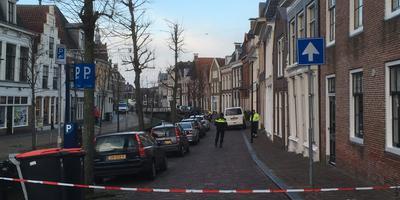 Een gedeelte van de straat is afgezet voor onderzoek. FOTO LC/ARODI BUITENWERF