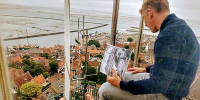 Waldemar Torenstra bovenop de Brandaris. FOTO JPG