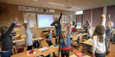 Invalkracht Tjalling Janssen (68) laat de kinderen op It Fûnemint in Wommels bewegn. FOTO CATRINUS VAN DER VEEN