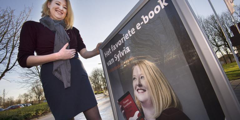 Een maand lang zetten bibliotheken hun e-books in de schijnwerpers. Sylvia Laarman uit Kollum is een van de hoofdrolspelers in de landelijke campagne. FOTO MARCEL VAN KAMMEN