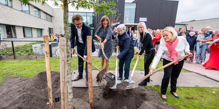 vlnr: Jan Maarten Nuyens (Kwadrantgroep), Esther Kuiper, bewoonster Alie ten Wolde, Samantha Faber en wethouder Hilda Tjeerdema. JACOB VAN ESSEN.