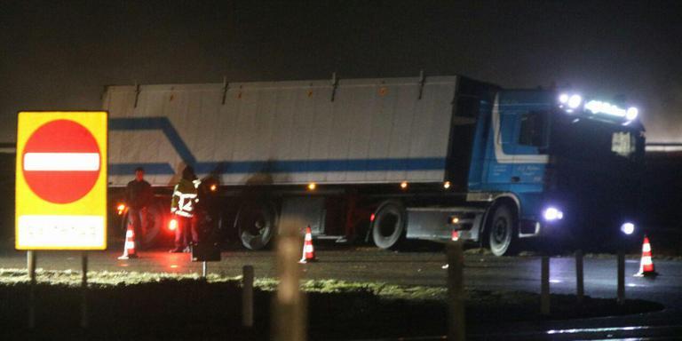Een vrachtwagen in de berm blokkeert de afrit bij Beetsterzwaag. FOTO DE VRIES MEDIA