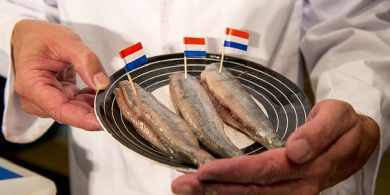 Eerste vaatje Hollandse nieuwe onder de hamer