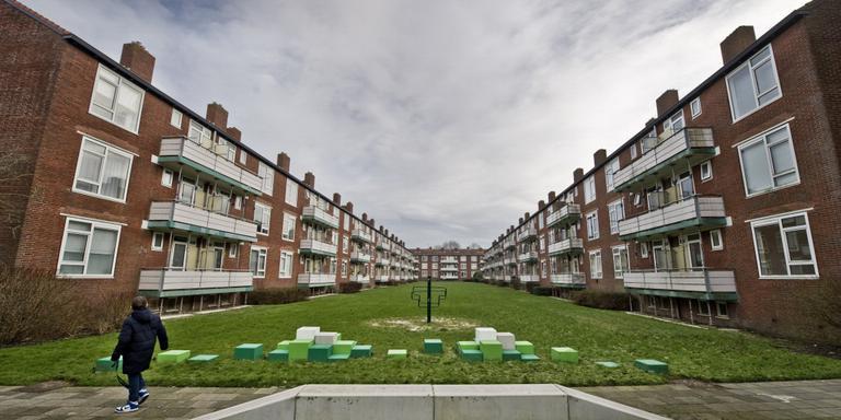 De balkons van de flats in Huizum-West zijn al jaren provisorisch gestut. WoonFriesland studeert op de toekomst van de woningen. FOTO HOGE NOORDEN/JACOB VAN ESSEN.