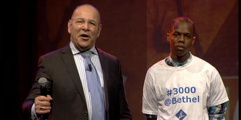 Het drieduizendste kerklid kreeg onder meer een T-shirt.