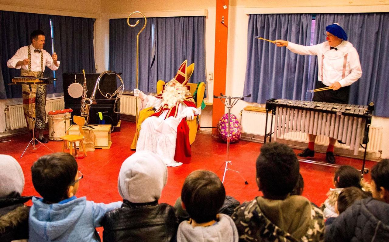 Met witte clownspieten in zijn gevolg speelde Sinterklaas gisteren vrolijk toneel bij de jeugd van het Burgumer asielzoekerscentrum. FOTO LC/ARODI BUITENWERF