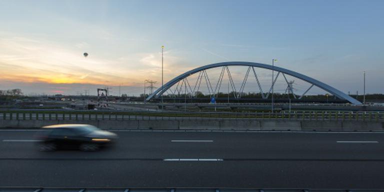 A1 weer open na plaatsing brug bij Muiderberg
