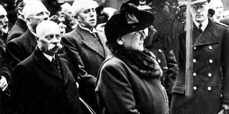 Koningin Wilhemina en premier Gerbrandy (achter haar, met snor) in Londen. FOTO NATIONAAL ARCHIEF/COLLECTIE SPAARNESTAD.