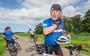 Pete Hoekstra fietst tijdens de crisis langs #echtevrienden