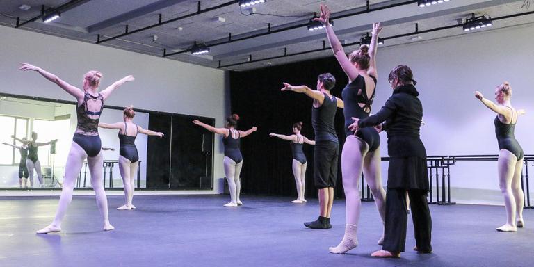 Balletles voor een grote spiegel in een van de dansstudio's. FOTO LC/ARODI BUITENWERF.