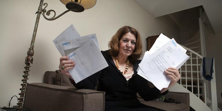 Maaike Wierenga uit Den Haag temidden van de papieren die ze na haar 'overlijden' heeft verzameld. FOTO JACQUES ZORGMAN