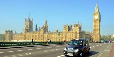 Auto rijdt in op mensen moslimcentrum Londen