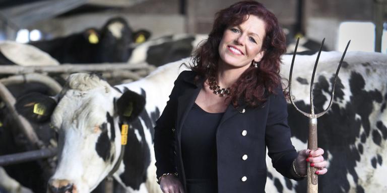 Ze loopt beroeps-matig vaak in mantelpakjes maar net zo gemakkelijk in een overall. Nynke Koopmans-van der Veen is moeder, boerin, volksvertegenwoordiger en boekhoudster. FOTO NIELS WESTRA