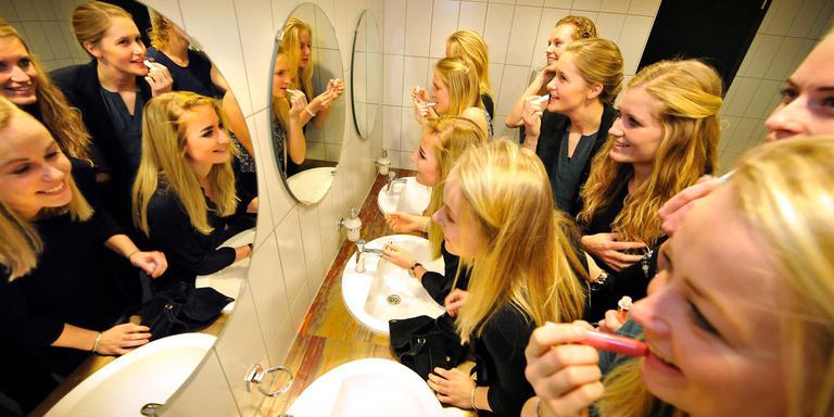 Vlak voor het gala werken de dames van VC Sneek nog even de make-up bij. FOTO ALEX J. DE HAAN