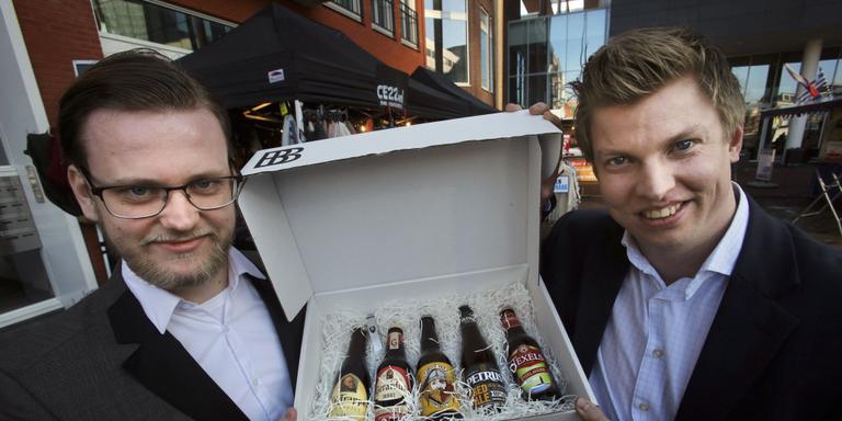 """Michael Dijkstra en Douwe Hooijenga: ,,We verkopen niet zozeer speciaal bier als wel momenten."""" FOTO NIELS WESTRA"""