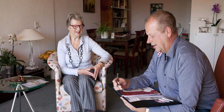 Verhuisregisseur Marc van der Veen op bezoek bij Hennie Terpstra, bewoonster van Aldlân State in Leeuwarden. Zij was er vroeger directrice. FOTO LC/GITTE BRUGMAN
