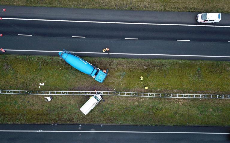 Verkeer op A7 weer hervat na botsing tussen cementwagen en bestelbus.