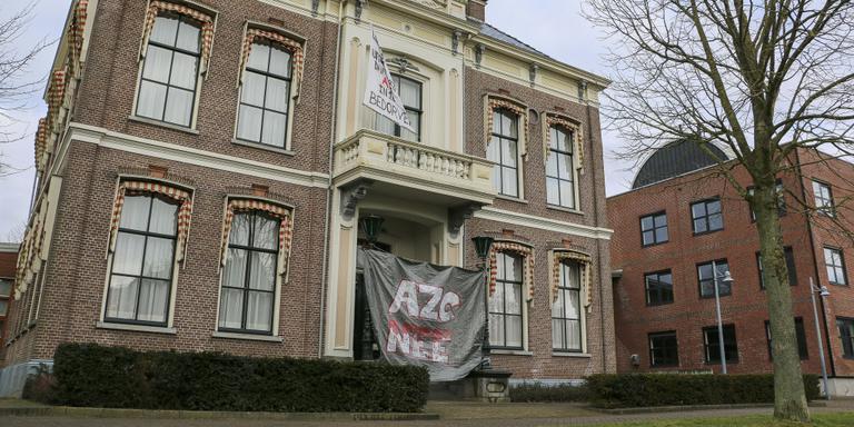 Spandoeken van tegenstanders van het beoogde azc in Witmarsum. FOTO LC/ARODI BUITENWERF