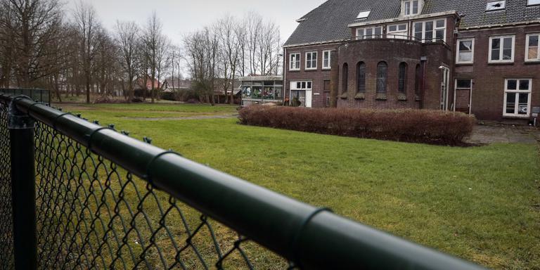 Tot verbijstering en woede van de inwoners van Witmarsum, blijft het voormalig kloostercomplex in Witmarsum de plek voor opvang van 200 vluchtelingen. FOTO LC