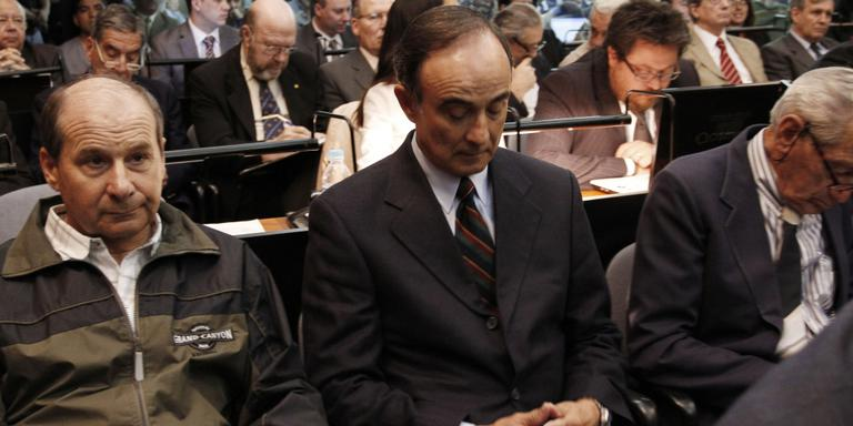 Julio Poch (midden) in de rechtbank in Argentinië. FOTO ANP