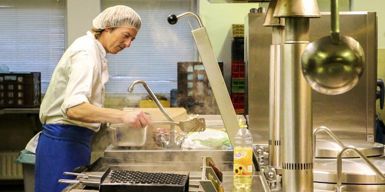 Chef-kok Jeroen Drenth is bezig met de 'mis en place? van het kerstdiner. FOTO LC/Arodi Buitenwerf