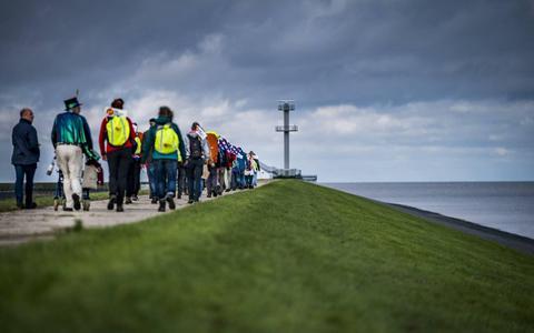 Wandelaars klimaattocht door Nederland komen aan in Rotterdam