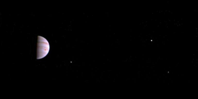 Jupiter bevriest zijn eigen maan